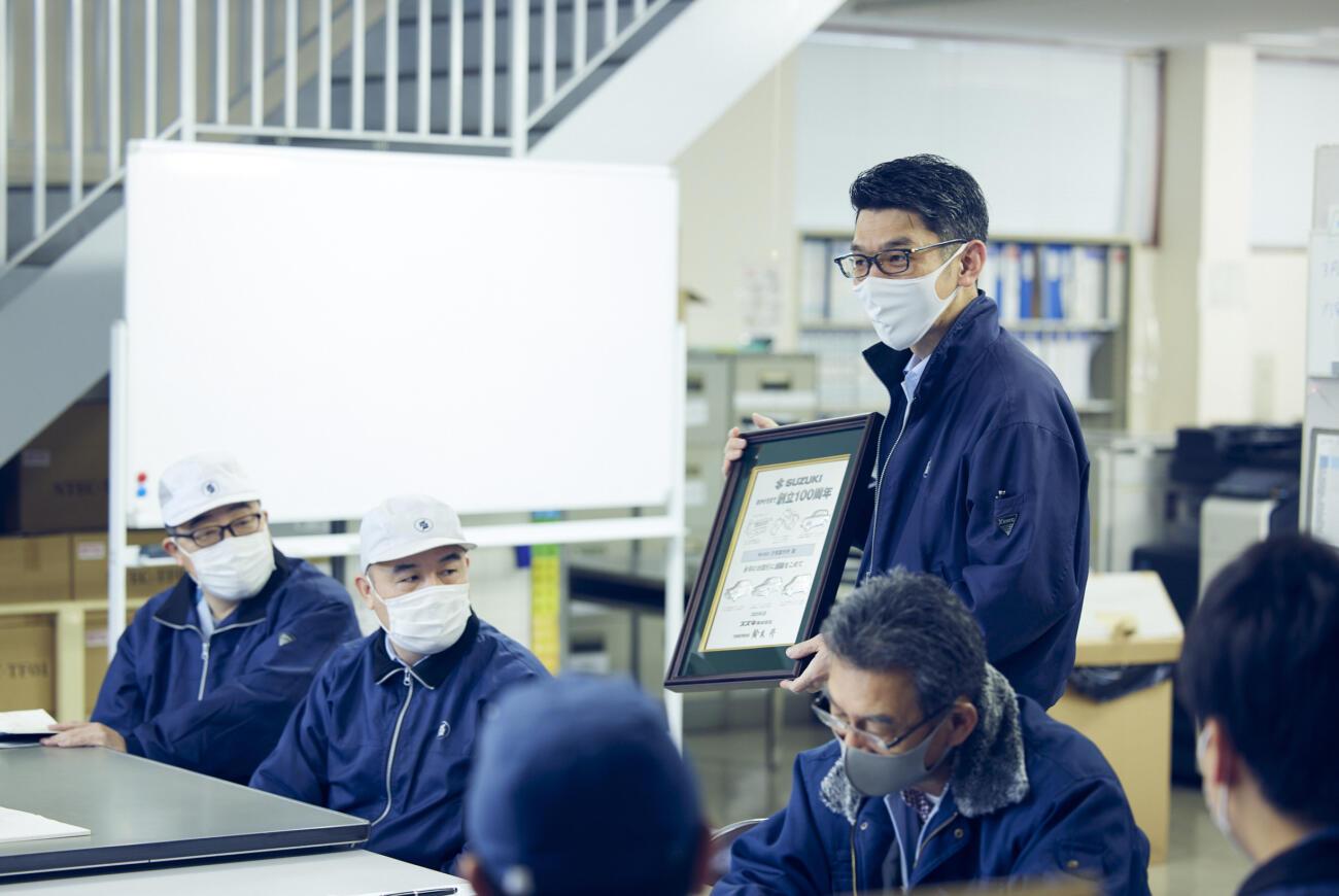 スズキ株式会社様が創立100周年を迎え、取引先である汐見製作所に記念の盾を頂きました!!